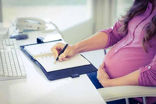 Для назначения и выплаты пособия по беременности и родам представляется