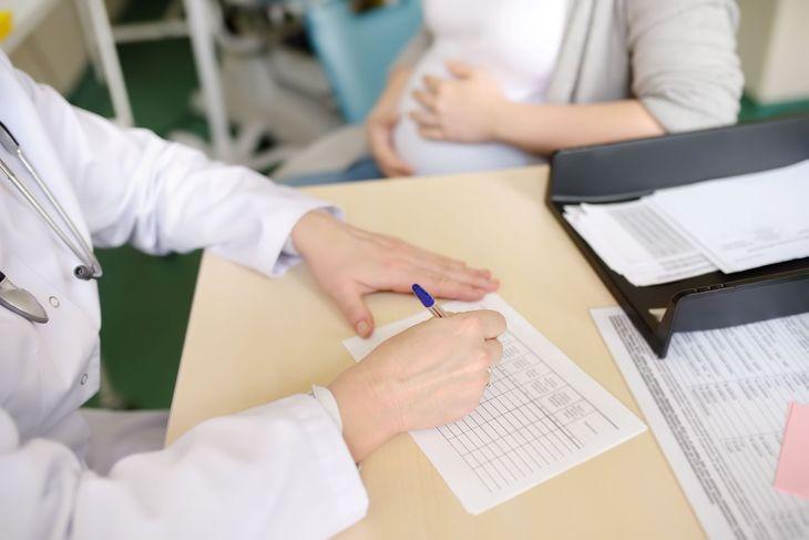 Врач оформляет больничный лист беременной женщине