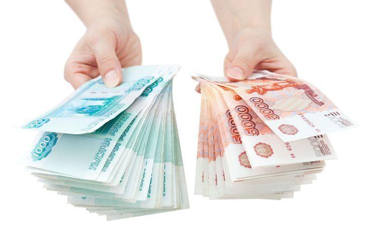 Деньги в правой и левой руке