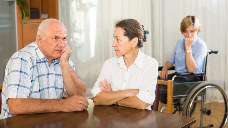Пожилые супруги и дочка в инвалидной коляске