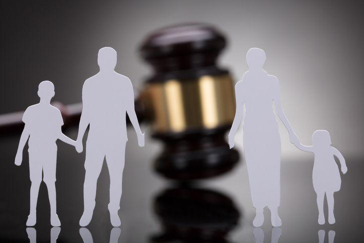 Разделенная семья молотком судьи