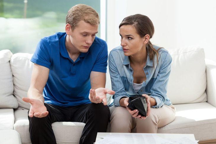 Жена показывает мужу пустой кошелек