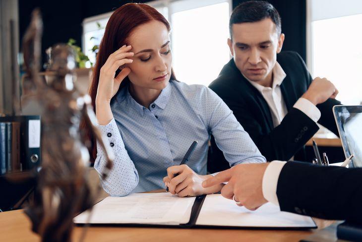 Супруги оформляют документ у нотариуса