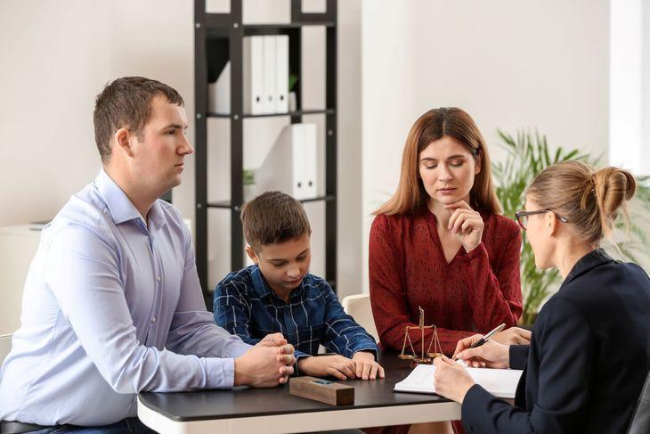 Юрист, в присутствии родителей и ребенка заполняет документ
