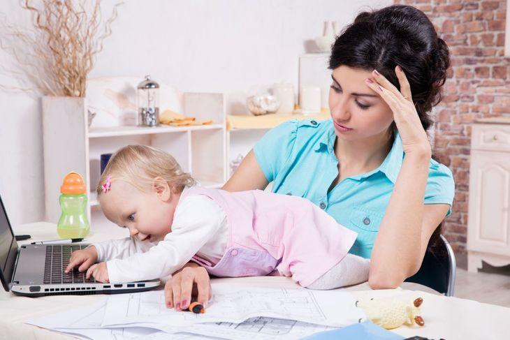 мама с ребенком за ноутбуком