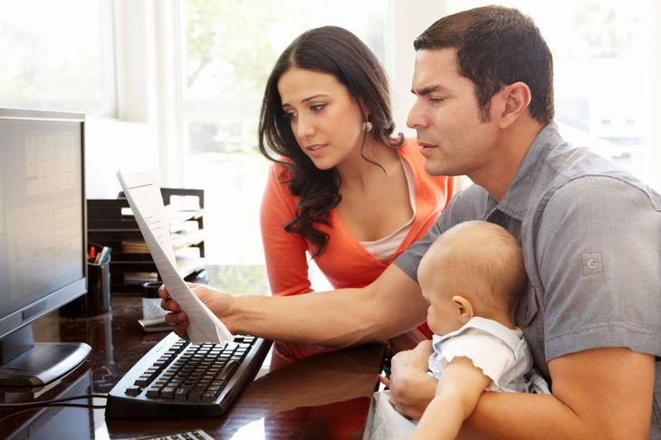 молодожены с ребенком изучают документ