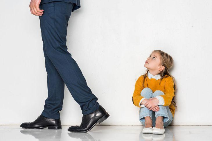 Отец уходит от дочки