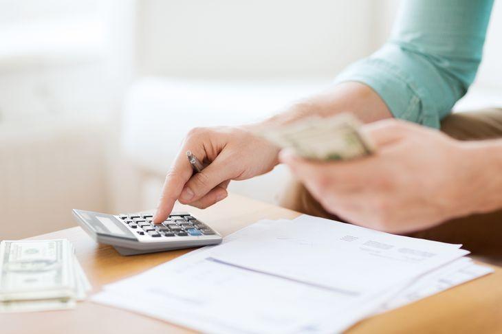 Считает деньги с помощью калькулятора