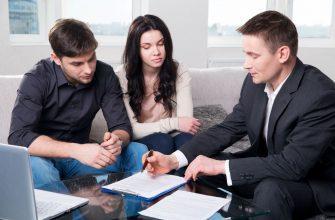 Супруги вместе с юристом обсуждают соглашение