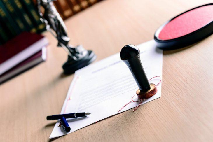 На столе лежит соглашение об уплате алиментов