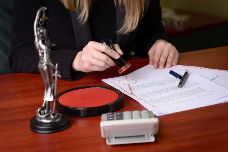 Юрист ставить печать на документе